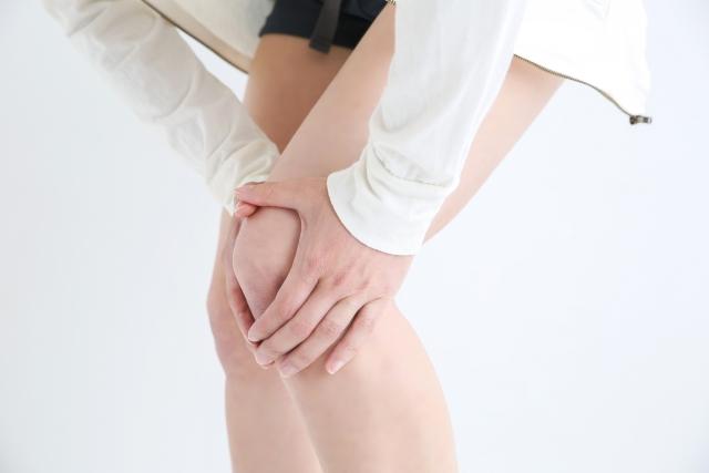 膝を押さえる女性